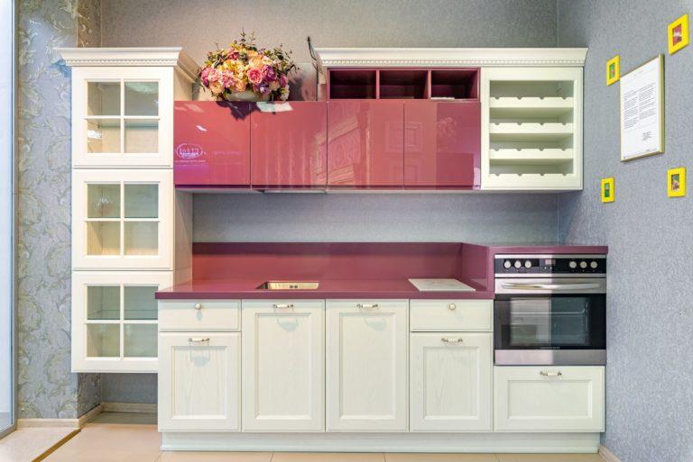 Белая кухня Милан Бьянко с розовой столешницей и навесными шкафами