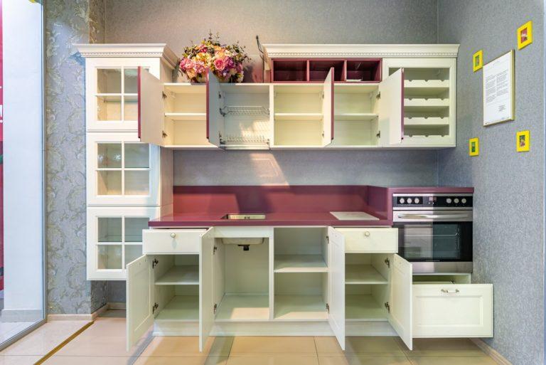 Белая кухня Милан Бьянко с открытыми дверцами