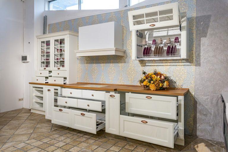 Кухня Милан Бьянко с коричневой столешницей фото 2