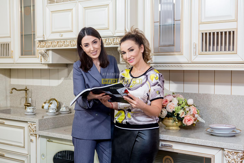 Анфиса Чехова с дизайнером на кухне